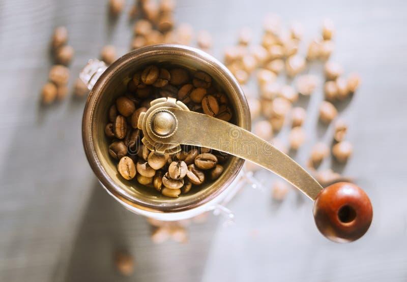 Χειρωνακτικός μύλος καφέ με τα φασόλια καφέ, τοπ άποψη στοκ εικόνα με δικαίωμα ελεύθερης χρήσης