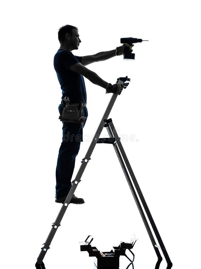 Χειρωνακτικό άτομο εργαζομένων στη σκιαγραφία διατρήσεων stepladder στοκ εικόνα με δικαίωμα ελεύθερης χρήσης
