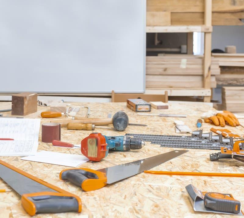 Χειρωνακτικό εργαλείο στο carpenter& x27 εργαστήριο του s στοκ εικόνες