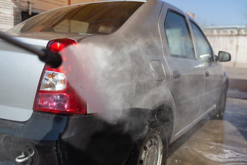 Χειρωνακτικό πλύσιμο αυτοκινήτων με το διατηρημένο σταθερή ατμοσφαιρική πίεση νερό στο πλύσιμο αυτοκινήτων έξω Έννοια της χρησιμο στοκ φωτογραφίες με δικαίωμα ελεύθερης χρήσης