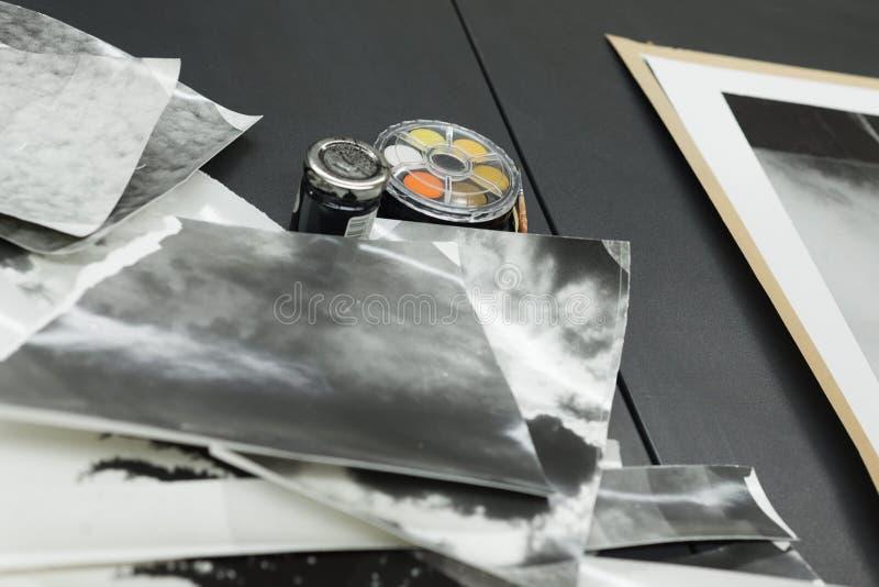 Χειρωνακτικό ρετουσάρισμα τυπωμένων υλών φωτογραφιών, σωρός των φωτογραφιών και μελάνι χρωστικών ουσιών στοκ εικόνα με δικαίωμα ελεύθερης χρήσης