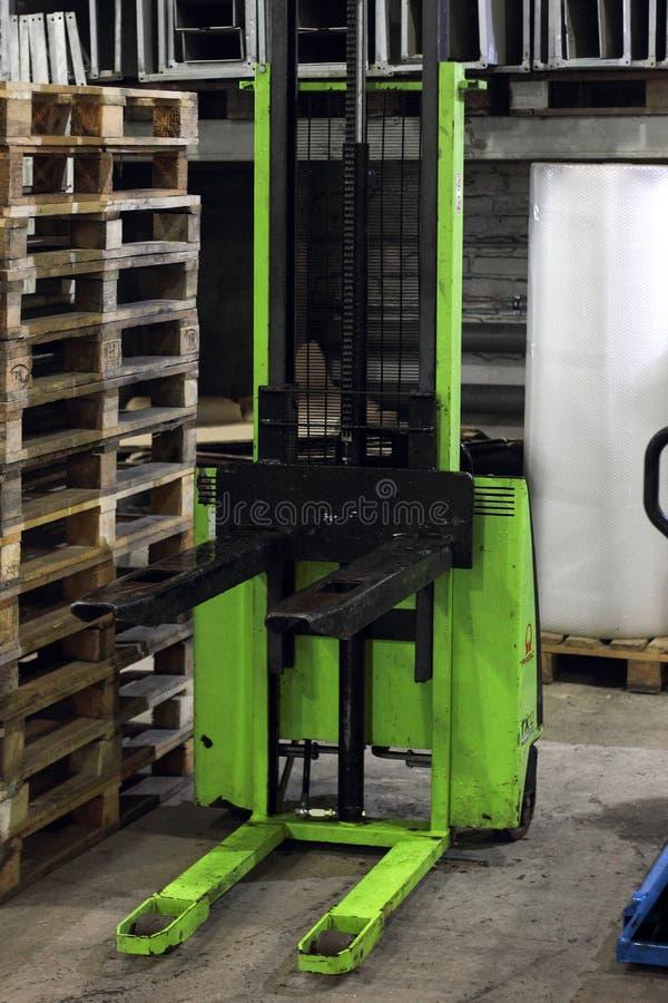 Χειρωνακτικό Forklift Χειρωνακτικός υδραυλικός στοιβαχτής στοκ φωτογραφίες