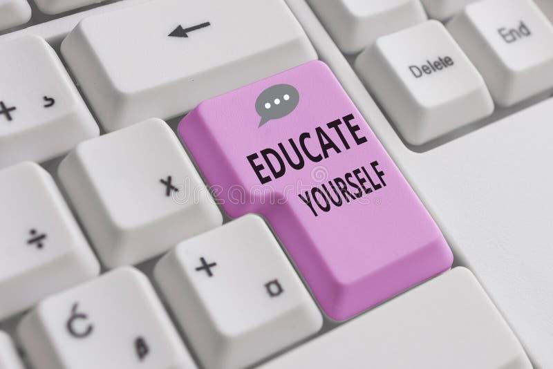 Χειρόγραφη γραφή Εκπαιδεύστε τον εαυτό σας Έννοια που σημαίνει προετοιμασία ενός ατόμου ή κάποιου σε συγκεκριμένο τομέα ή θέμα στοκ φωτογραφία