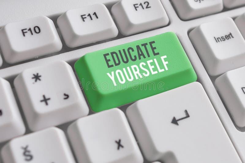 Χειρόγραφη γραφή Εκπαιδεύστε τον εαυτό σας Έννοια που σημαίνει προετοιμασία ενός ατόμου ή κάποιου σε συγκεκριμένο τομέα ή θέμα στοκ εικόνα