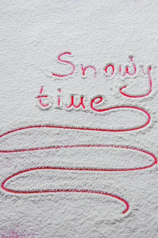 Χειρόγραφος χιονώδης χρόνος ` κειμένων ` στο χιόνι στοκ εικόνες με δικαίωμα ελεύθερης χρήσης
