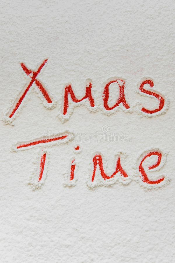 Χειρόγραφος χρόνος ` Χριστουγέννων κειμένων ` στο χιόνι στοκ φωτογραφίες