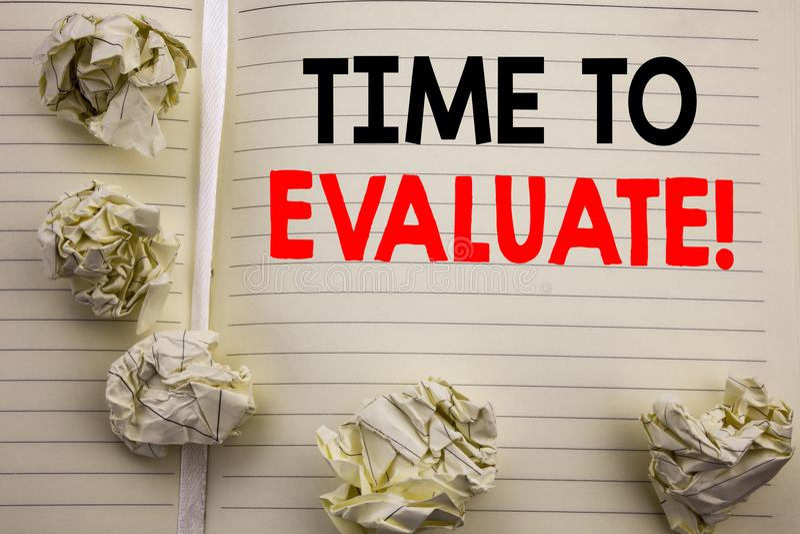 Χειρόγραφο κείμενο που παρουσιάζει χρόνο να αξιολογήσει Επιχειρησιακή έννοια που γράφει για την αξιολόγηση αξιολόγησης που γράφετ στοκ εικόνες