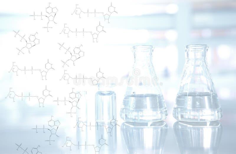 Χημική δομή με το υπόβαθρο φιαλών και φιαλιδίων στο εργαστήριο επιστήμης στοκ φωτογραφία