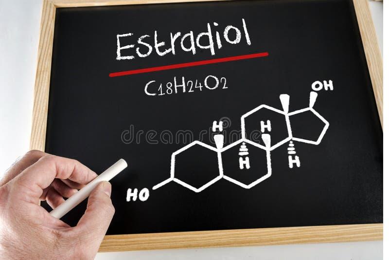 Χημική σύνθεση του estradiol που χρωματίζεται σε μια μαύρη πλάκα με την κιμωλία στοκ φωτογραφία με δικαίωμα ελεύθερης χρήσης