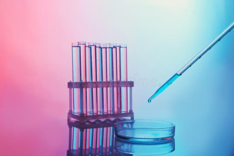 Χημικοί δοκιμή-σωλήνες με dropper ιατρικής στοκ εικόνες
