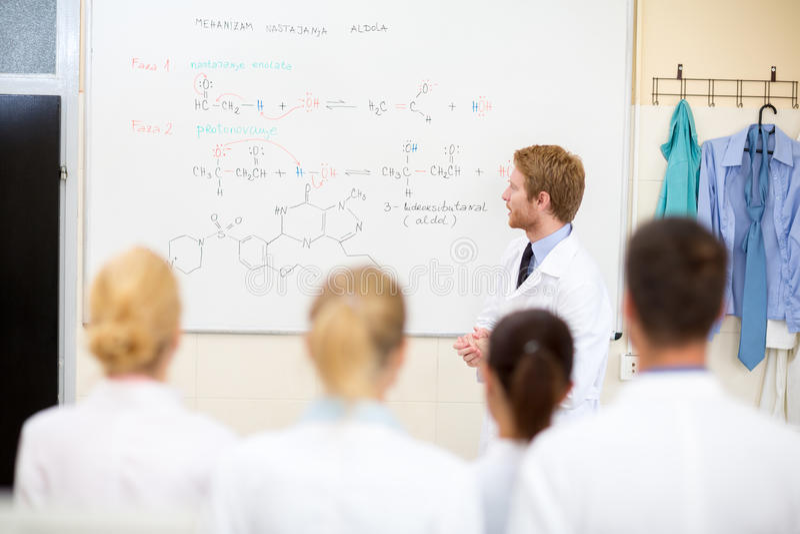 Χημικοί σπουδαστές διδασκαλίας δασκάλων στοκ εικόνες