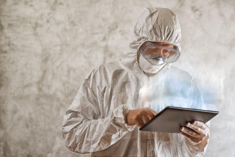 Χημικός επιστήμονας που χρησιμοποιεί τον ψηφιακό υπολογιστή ταμπλετών στοκ φωτογραφία