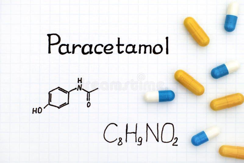 Χημικός τύπος της παρακεταμόλης και μερικών χαπιών στοκ εικόνες με δικαίωμα ελεύθερης χρήσης