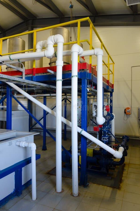 χημικό εργοστάσιο Αντλίες και διοχέτευση με σωλήνες καλωδίων στοκ εικόνα