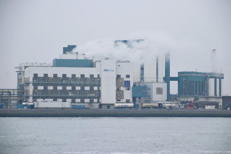 Χημικό εργοστάσιο PVC Shinetsu στο λιμάνι botlek στο Ρότερνταμ στις Κάτω Χώρες κατά μήκος της όχθης ποταμού Nieuwe Waterweg στοκ φωτογραφία με δικαίωμα ελεύθερης χρήσης