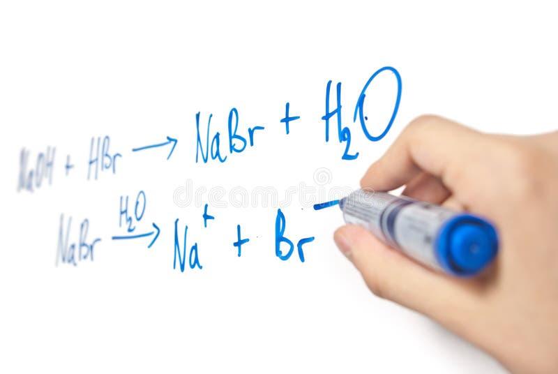 χημικό χέρι εξίσωσης whiteboard στοκ φωτογραφία με δικαίωμα ελεύθερης χρήσης