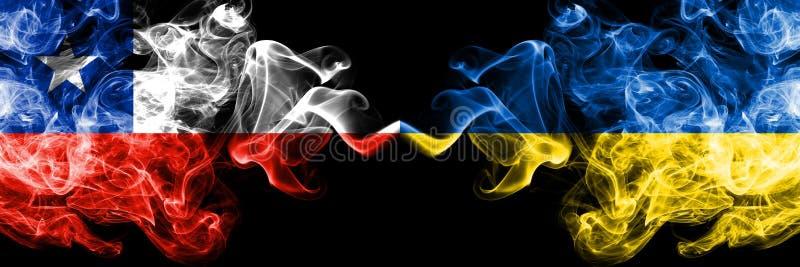 Χιλή εναντίον της Ουκρανίας, ουκρανικές καπνώείς απόκρυφες σημαίες που τοποθετούνται δίπλα-δίπλα Πυκνά χρωματισμένος μεταξωτός συ στοκ εικόνα με δικαίωμα ελεύθερης χρήσης