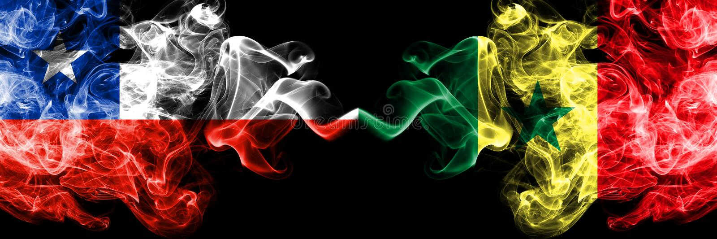 Χιλή εναντίον της Σενεγάλης, σενεγαλέζικες καπνώείς απόκρυφες σημαίες που τοποθετούνται δίπλα-δίπλα Πυκνά χρωματισμένος μεταξωτός στοκ φωτογραφία με δικαίωμα ελεύθερης χρήσης