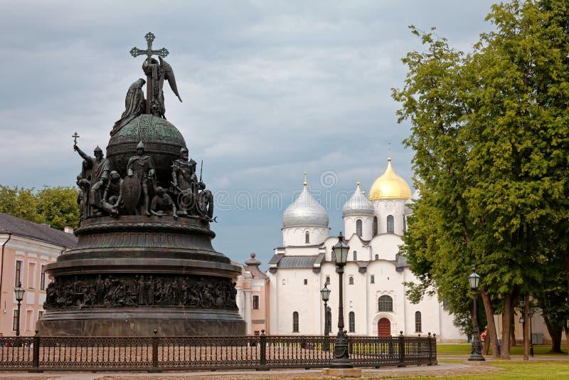 Χιλιετία μνημείων της Ρωσίας στο υπόβαθρο του καθεδρικού ναού του ST Sophia, Veliky Novgorod, Ρωσία στοκ φωτογραφία