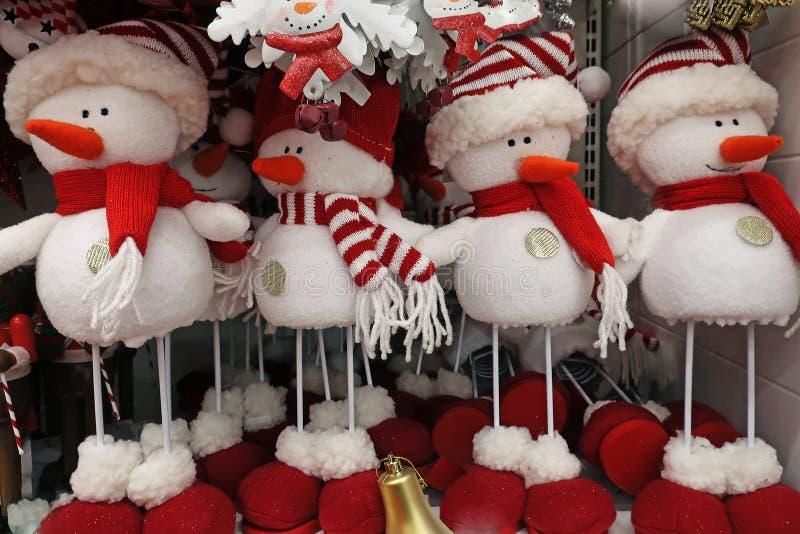 Χιονάνθρωποι παιχνιδιών στο ράφι στοκ εικόνες