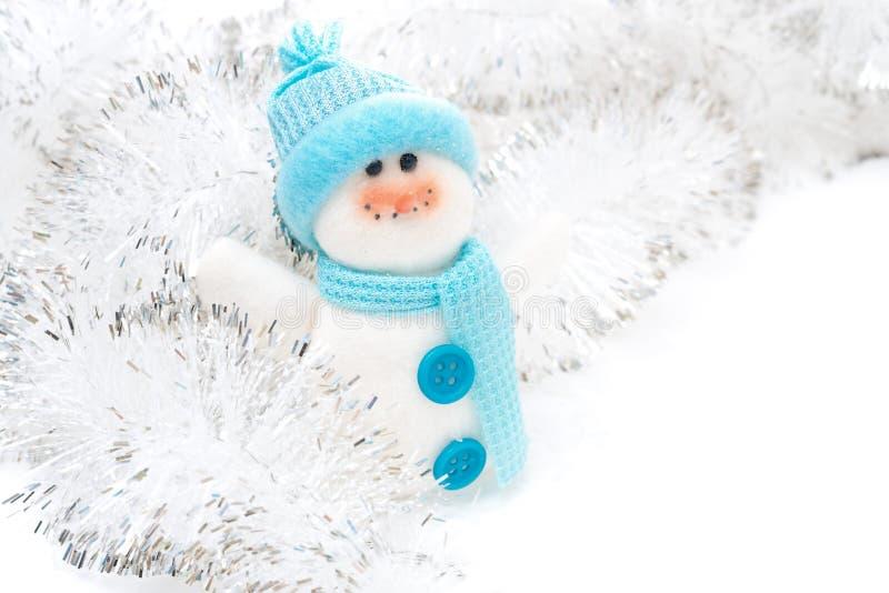 Χιονάνθρωπος και tinsel παιχνιδιών Χριστουγέννων σε ένα άσπρο υπόβαθρο στοκ εικόνα με δικαίωμα ελεύθερης χρήσης