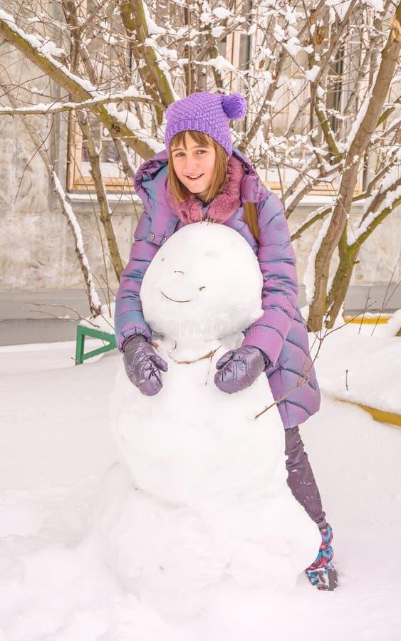 Χιονάνθρωπος κοριτσιών sculpts στοκ φωτογραφία με δικαίωμα ελεύθερης χρήσης