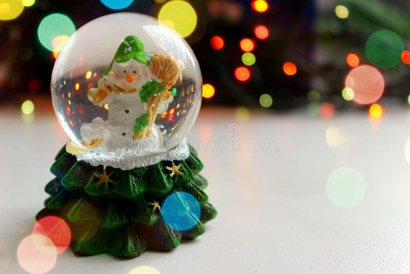 Χιονάνθρωπος παιχνιδιών Χριστουγέννων στη σφαίρα στο ελαφρύ υπόβαθρο, bokeh επίδραση, στοκ εικόνα με δικαίωμα ελεύθερης χρήσης