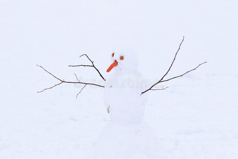Χιονάνθρωπος που γίνεται από το άσπρο χιόνι στον κρύο χειμώνα Ο αριθμός συμβολίζει τη χαρά των παιδιών Παιχνίδι στο καθαρό αέρα κ στοκ εικόνες με δικαίωμα ελεύθερης χρήσης