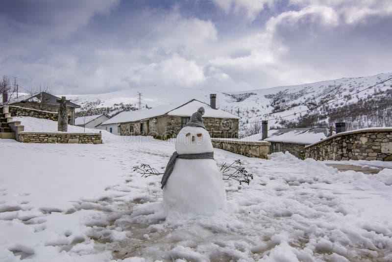 Χιονάνθρωπος στη πλατεία της πόλης Padornelo, Zamora στοκ εικόνες