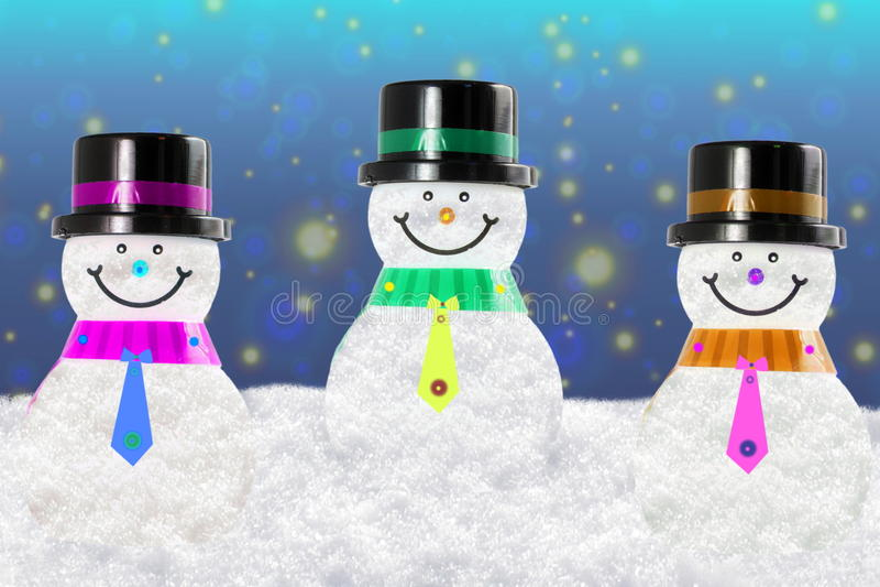 Χιονάνθρωπος στο τοπίο χειμερινού χιονιού για την κάρτα ή το υπόβαθρο στοκ φωτογραφία με δικαίωμα ελεύθερης χρήσης