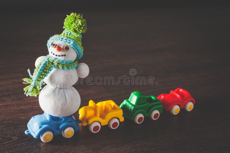 Χιονάνθρωπος Χριστουγέννων και πρότυπο αυτοκινήτων στοκ φωτογραφία
