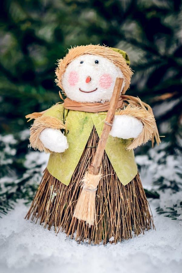 Χιονάνθρωπος Χριστουγέννων με τη σκούπα στοκ φωτογραφίες με δικαίωμα ελεύθερης χρήσης