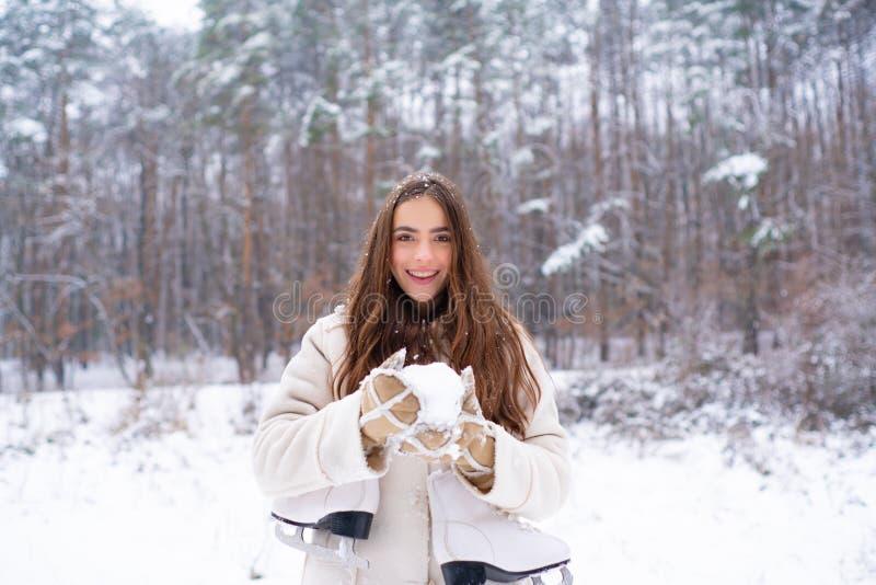 Χιονίζοντας έννοια μόδας χειμερινής ομορφιάς Γυναίκες στα χειμερινά ενδύματα Υπαίθριο στενό επάνω πορτρέτο του νέου όμορφου κοριτ στοκ φωτογραφίες με δικαίωμα ελεύθερης χρήσης