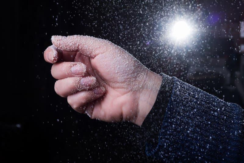 Download Χιονίζοντας χρόνος το χειμώνα Στοκ Εικόνα - εικόνα από κορίτσι, χέρια: 62706255