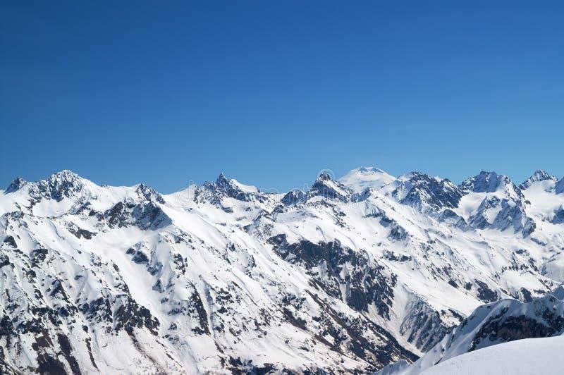Χιονισμένα βουνά με το υποστήριγμα Elbrus στο υπόβαθρο στοκ εικόνες