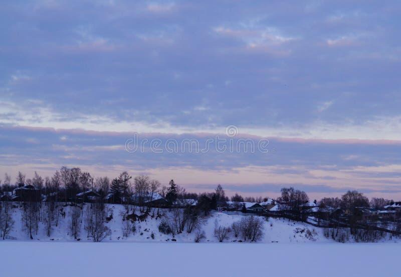 Χιονισμένα δέντρα στα βουνά στο ηλιοβασίλεμα Όμορφη χειμερινή landscape στοκ εικόνες με δικαίωμα ελεύθερης χρήσης