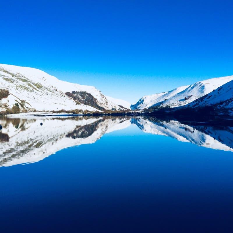Χιονισμένα ουαλλέζικα βουνά κοντά σε Snowdonia στοκ εικόνες