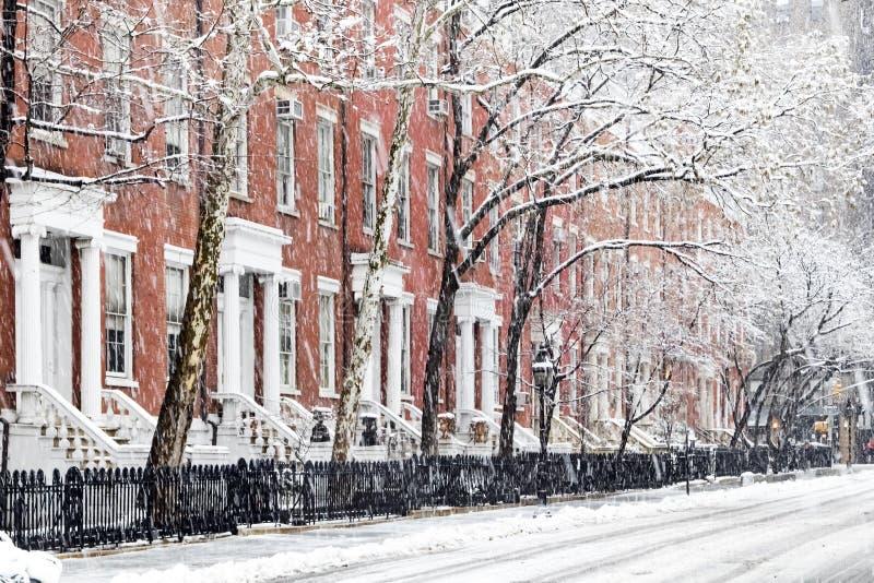 Χιονισμένα πεζοδρόμια κατά μήκος του τετραγωνικού πάρκου της Ουάσιγκτον στην πόλη της Νέας Υόρκης στοκ εικόνες