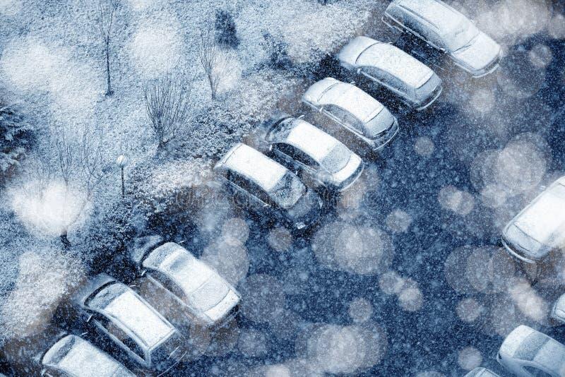 Χιονισμένα σταθμευμένα αυτοκίνητα στοκ φωτογραφία με δικαίωμα ελεύθερης χρήσης