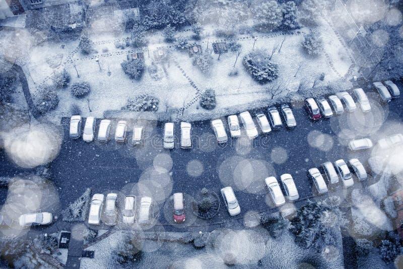 Χιονισμένα σταθμευμένα αυτοκίνητα στοκ εικόνες με δικαίωμα ελεύθερης χρήσης