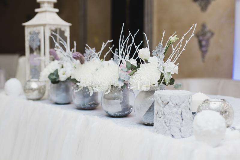 Χιονισμένες γαμήλιες διακοσμήσεις, σπινθηρίσματα, snowflakes στοκ εικόνες