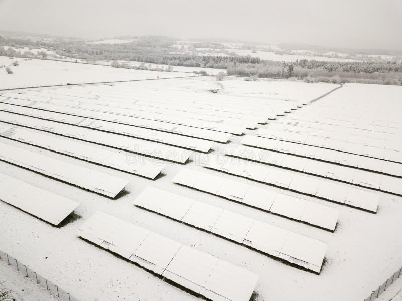 Χιονισμένες εγκαταστάσεις ηλιακής ενέργειας στοκ φωτογραφία
