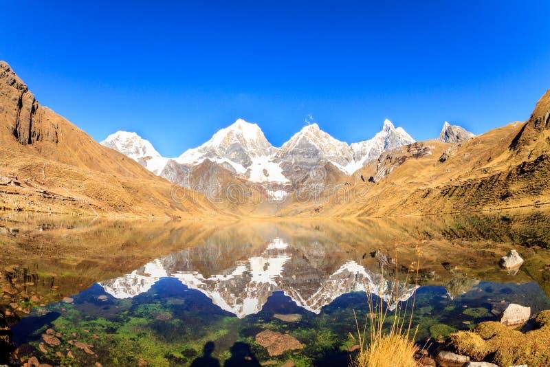Χιονισμένες υψηλές αιχμές που απεικονίζονται σε μια λίμνη στοκ εικόνα