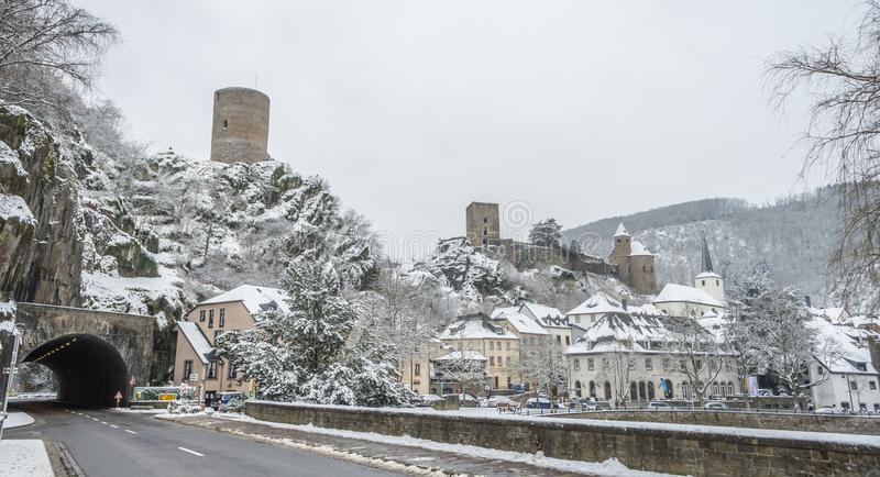Χιονισμένη βέβαια πόλη του Ες sur με το καλό υπόβαθρο του χιονιού γ στοκ εικόνες