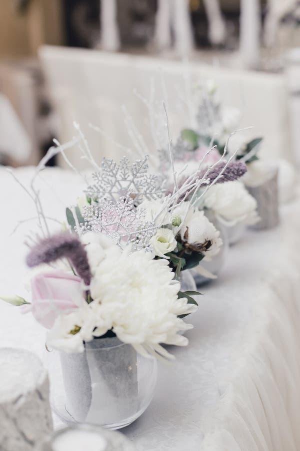 Χιονισμένη γαμήλια ανθοδέσμη, διακοσμήσεις, σπινθηρίσματα, snowflakes στοκ εικόνες