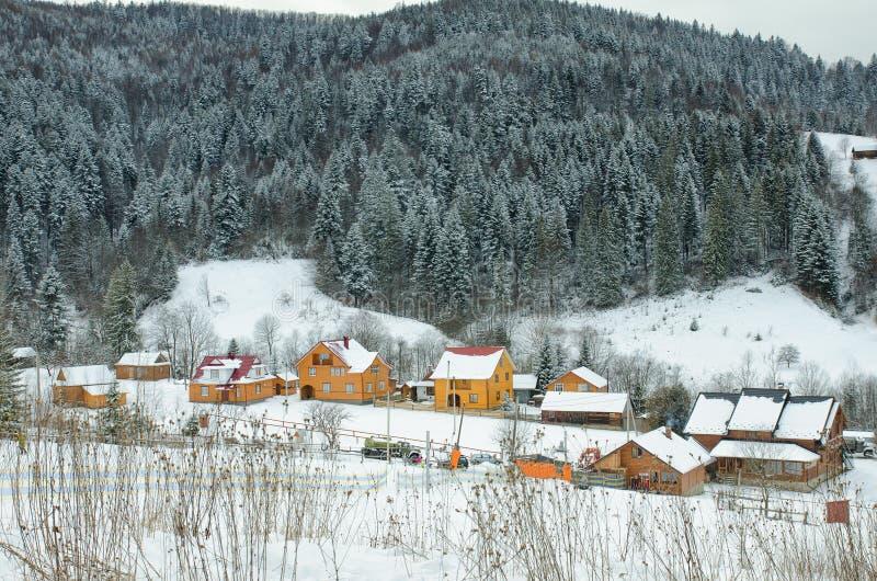Χιονισμένοι λόφοι, δάσος και σπίτια στην απόσταση 33c ural χειμώνας θερμοκρασίας της Ρωσίας τοπίων Ιανουαρίου στοκ εικόνες