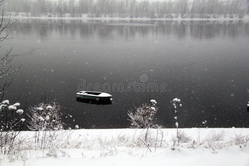 Χιονισμένος ποταμός στοκ εικόνες