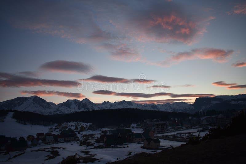 Χιονισμένο ηλιοβασίλεμα βουνών Durmitor με τον ουρανό κοκκινίσματος στοκ φωτογραφίες με δικαίωμα ελεύθερης χρήσης