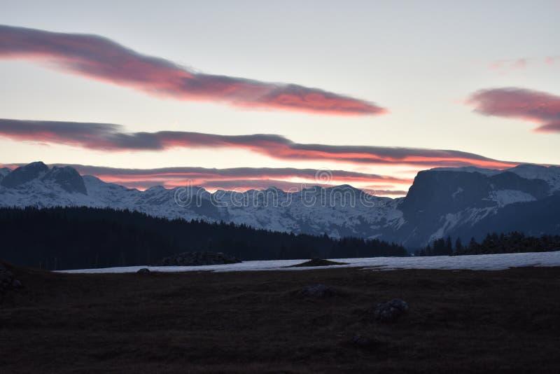 Χιονισμένο ηλιοβασίλεμα βουνών Durmitor με τον ουρανό κοκκινίσματος στοκ εικόνες με δικαίωμα ελεύθερης χρήσης