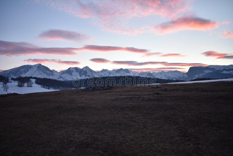 Χιονισμένο ηλιοβασίλεμα βουνών Durmitor με τον ουρανό κοκκινίσματος στοκ φωτογραφία με δικαίωμα ελεύθερης χρήσης
